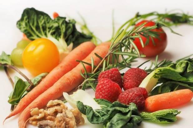 Морковь, ягоды, орехи и овощи
