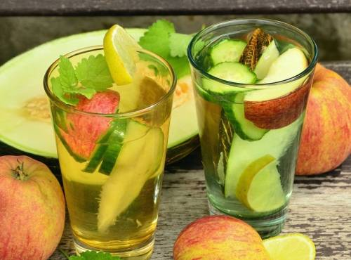 Fruktovaja voda jabloko, limon, dynja i mjaty