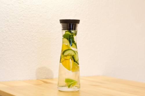 Voda s limonom i ogurcom dlja poteri vesa