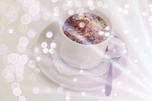 Горячий кофе в чашке с блюдцем