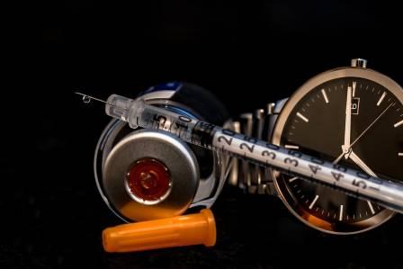 Шприц и наручные часы