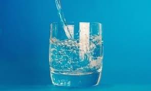 Наливают воду в стакан