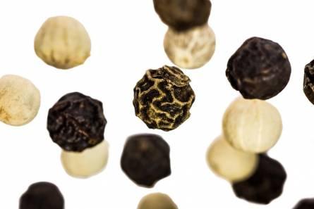 Черные и белые горошки перца